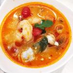 Typische Thai Suppe scharf-sauer mit Pilzen, Tomaten, Zitronengras, Galanga, Koriander und Crevetten