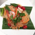 Würziger Glasnudelsalat mit Pilzen, Tomaten, Zitronensaft, frischem Chilli und Thai Kräutern